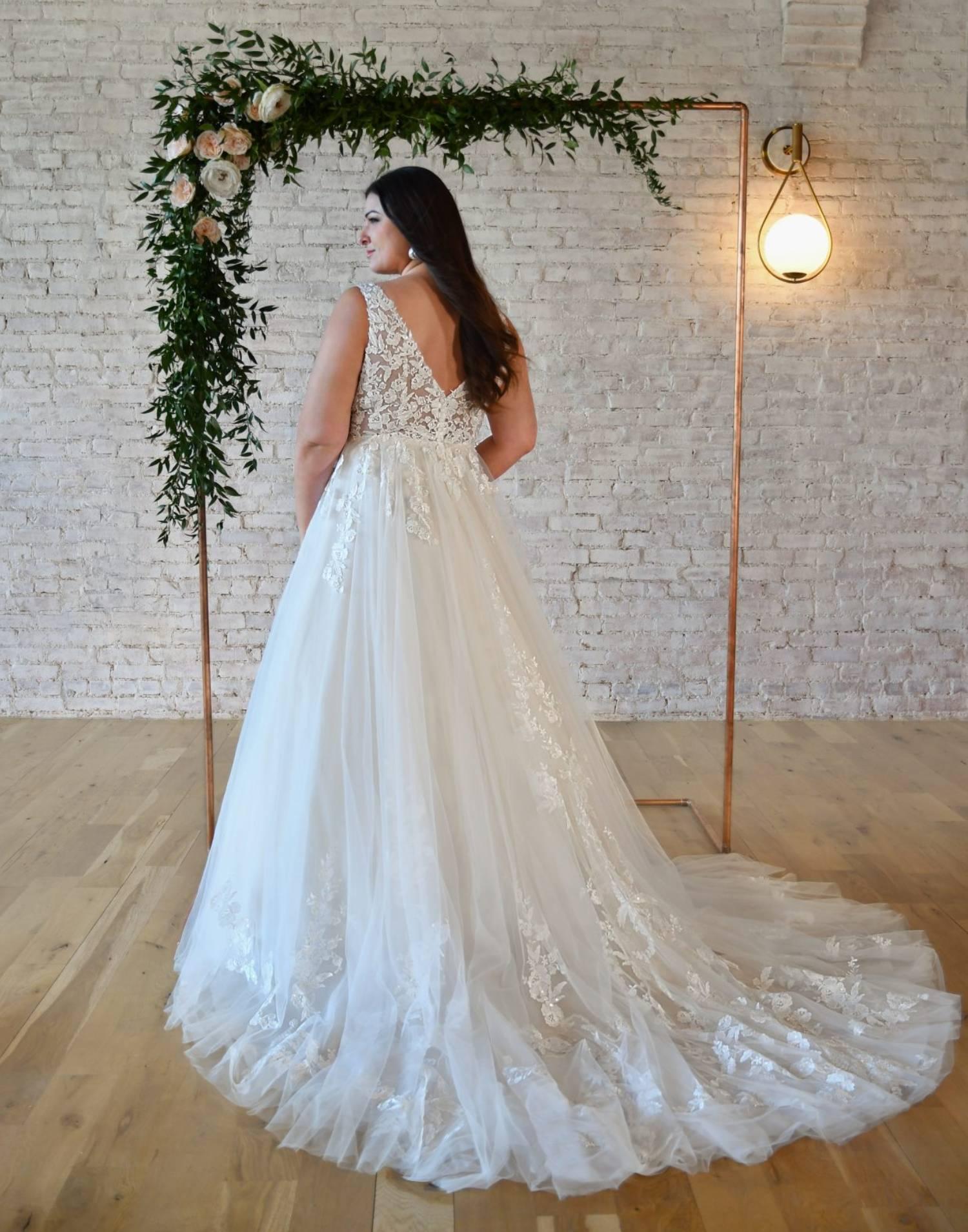 7194 Curvy – Stella York Wedding Dress Collection – Front View